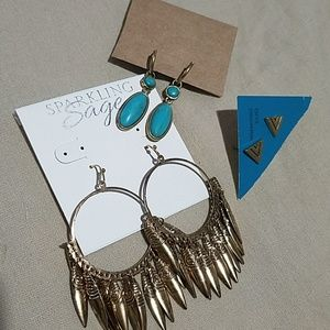 3 pairs of earrings in gold tone.